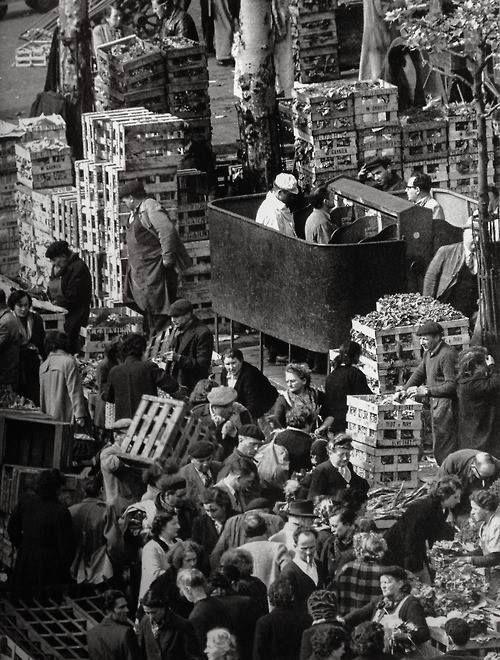 """""""Pissoirs"""" Les Halles, Paris 1953 (Robert Doisneau)"""