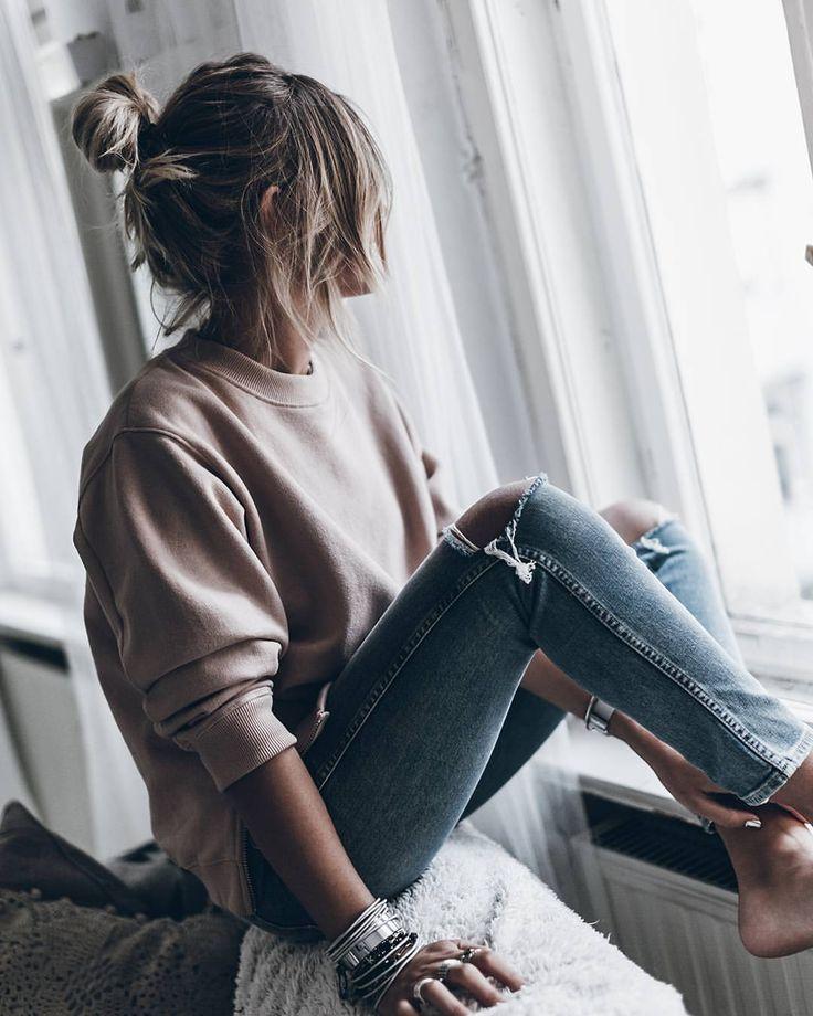 Картинки сидящих девушек с русыми волосами