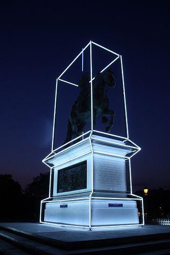 La estatua del Rey Enrique IV en Pont Neuf intervenida por Jean-Charles de Castelbajac en celebración del 400 aniversario de su muerte.