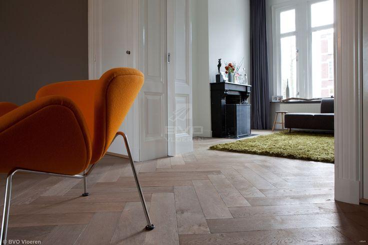 Eiken visgraat van Di Legno   verouderde en vergrijsde houten vloer   white wash finish   stoere afmetingen   op zicht gespijkerd   opgeleverd door BVO Vloeren