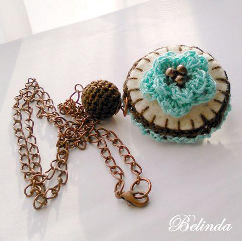 Rózsás-bogyós nyaklánc - horgolással díszített medál, Crochet necklace Ékszer, óra, Nyaklánc, Medál, Ékszerszett, Meska 1250 Ft