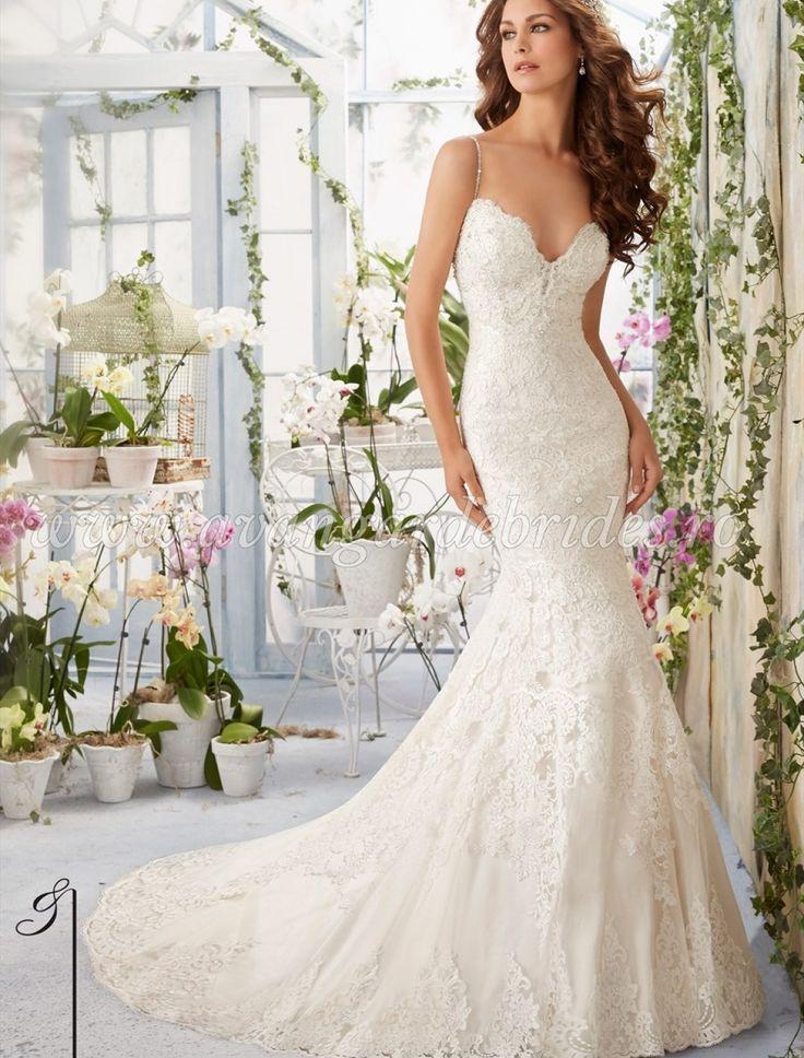 Aceasta minunata rochie de mireasa este croita in stil sirena din dantela, iar…