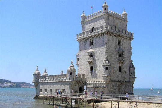 J'y suis allée ! PORTUGAL - La tour de Belém est comme posée sur le Tage. D'inspiration mauresque, elle a été bâtie au début du XVIe siècle. Comme le monastère des Hiéronymites, elle a été inscrite au Patrimoine Mondial parl'Unesco en1983.