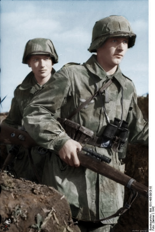 Unusual photo of Luftwaffe soldiers (Felddivision) in the USSR 1942 with Air Force camouflage in the ditch, with K98 sniper rifles with telescopic sight IF 41