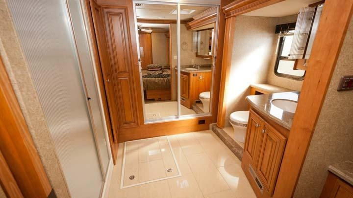 Now that 39 s a bathroom inside of a thor motor coach for 2 bathroom class a rv