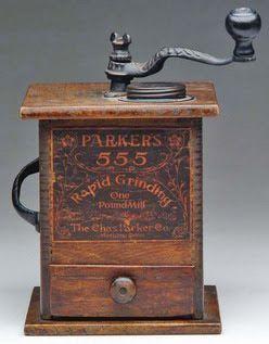 Prachtige antieke Amerikaanse koffiemolen uit hout en gietijzer; Charles Parker C° (C.A 1902) No.555 - 1 Pond .Heeft nog volledige litho label en fijne vervlechting aan de draaier . In 1829 begon Charles zijn eigen bedrijf waar hij een contract voor koffiemolen binnen haalden via zijn voormalige werkgever Patrick lewis .Rond 1931 stopte de productie van koffiemolen .