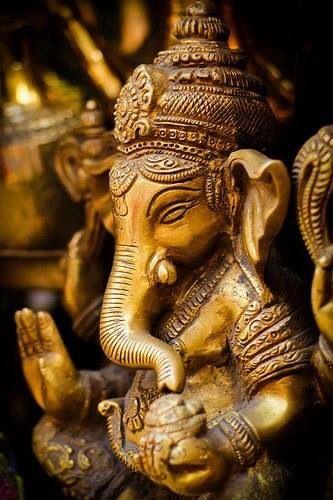 Ganesha, god van kennis en wijsheid, neemt hindernissen weg en is de beschermheilige van reizigers. Hindoes bidden tot Ganesha voor ze aan iets nieuws beginnen, zoals een nieuwe baan of wanneer ze verhuizen. Ganesha is de zoon van Shiva en Parvati. Zijn vahana, voertuig, is een muis of een rat genaamd Mushika.