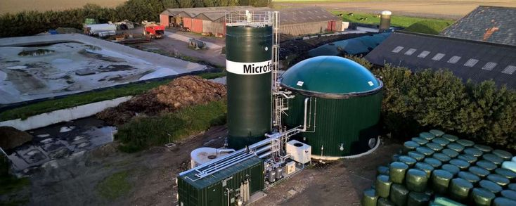 Bio-energiebedrijf Host bouwt bij een melkveehouder in Deurningen en een kalverenbedrijf in Vriezenveen in Overijssel installaties die groengas direct aan het net leveren. Vanaf september gaan de twee installaties uit bedrijfseigen mest groengas produceren. Beide boeren kunnen daarmee 40 kubieke meter gas per uur leveren, voldoende voor het verwarmen van in totaal vierhonderd Nederlandse huishoudens, meldt Host.
