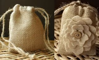 Bolsitas de tela arpillera. (se pueden rellenar de chocolates, jabones artesanales, té, etc.)