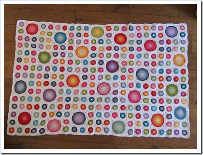 Beautiful big and small circles in squares afghan pattern and tutorial. Play with different color palettes. Simple, portable project, and a beautiful finished product!