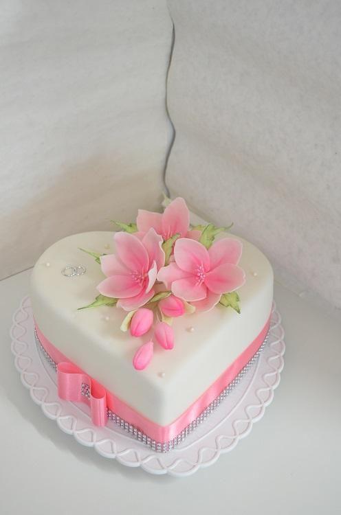 Tort fondant alb cu crini si fundita roz