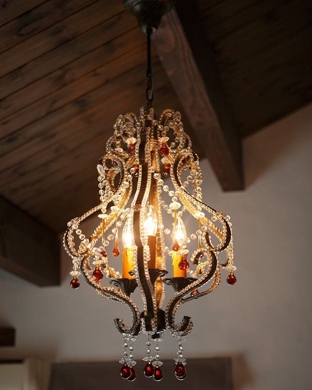 インパクト抜群の照明 かっこいいラフェルムだからこそ似合うシャンデリア 寝室にオススメです 照明 寝室 シャンデリア おしゃれ かっこいい マイホーム マイホーム計画 木の家 かっこいい家 男性的 レトロ 古い 古い家 ラフェルム 家づくり 漆喰の家 自然素材 自由設計