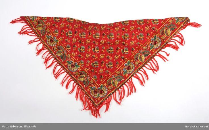 Trekantigt  halskläde med urtag för halsen,  av röd bomullslärft med blocktryckt mönster s.k. rödbottnad kattun. Nås, Dalarna.