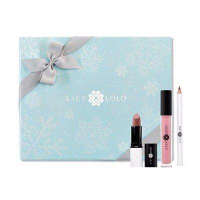 LILY LOLO- Navidad Pack Starlet Lip Collection Nude  Esta Navidad regala belleza y salud. Ponte guapa con los Packs de Navidad de Lily Lolo y se el centro de todas las miradas en tus celebraciones navideñas. El Pack Starlet Lip Collection Nude de Lily Lolo incluye: Lápiz de labios Soft Nude, Brillo de labios Whisper, Barra de labios Nude Allure. Con tonos nude y elegantes para unos labios jugosos y muy naturales, para estar perfecta en cualquier ocasión.