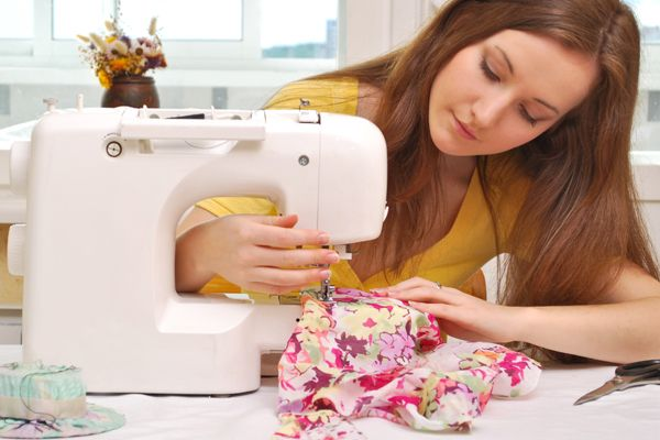 Para os costureiros de primeira viagem, todas as máquinas parecem iguais. Mas quem é profissional da área sabe: cada máquina de costura serve a um propósito bem específico. Pensando nisso, preparamos para você esse guia de compras com dicas de como escolher a máquina de costura ideal.