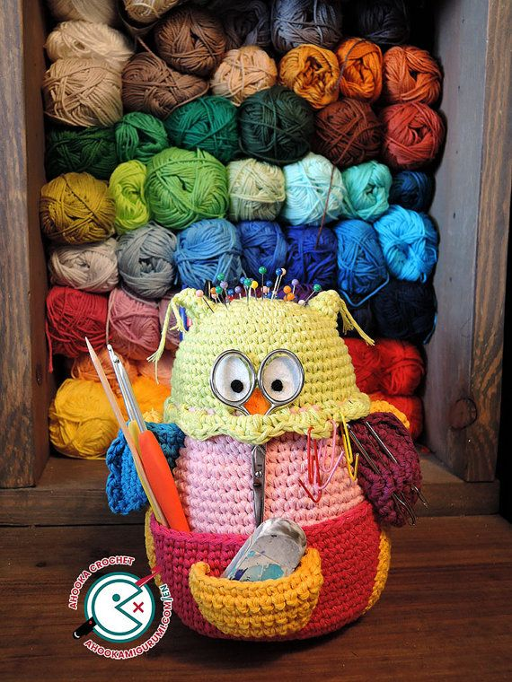 Make your very own Owlivia, the owlganizer amigurumi with this crochet pattern !  For once, this is an amigurumi pattern FOR crocheters ! No one will steal you this one, its all yours ! Owlivia will help you organize all your crochet supplies and keep your frequently used items all in one place ! She will also become your best travel buddy as she is quick and easy to grab when on the go thanks to her handle, and will enable you to work on your crochet project anywhere ! Olivia is studied to…