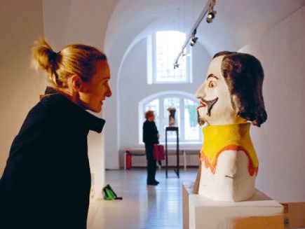 Der Künstler selbst stellt sein Werk vor, lädt den Leser und Betrachter ein, mit ihm seine Gedankensammlung und seine Kunstwerke zu erkunden.