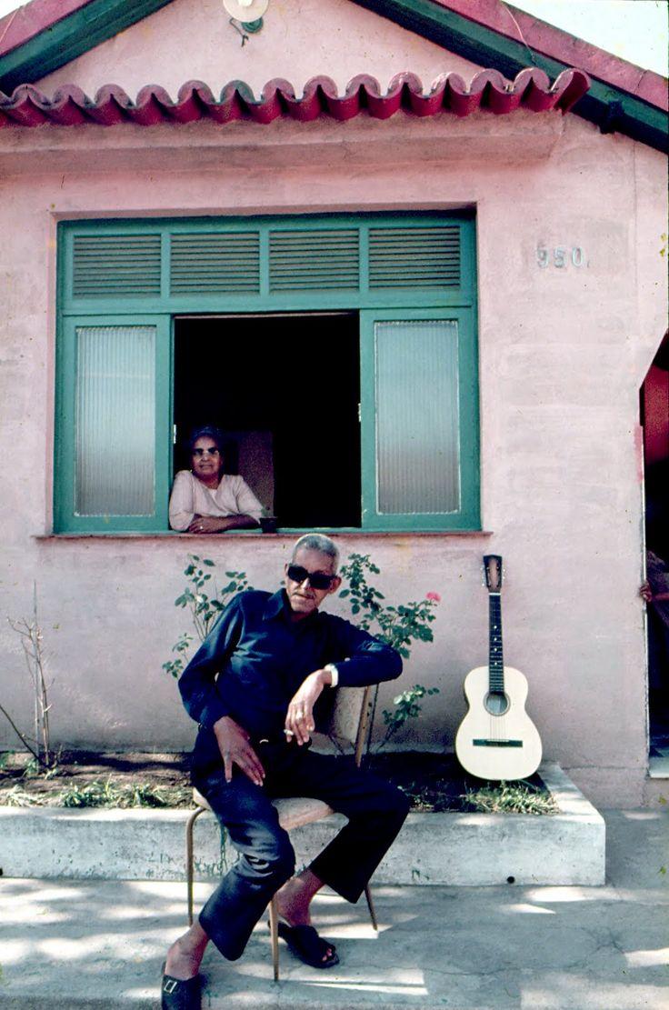Cartola e sua companheira Dona Zica em casa, no Morro da Mangueira, Rio de Janeiro, em foto de 1976 de Walter Firmo. Veja mais em: http://semioticas1.blogspot.com.br/2012/04/certas-cancoes.html