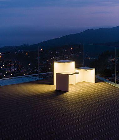 Empty è una lampada da esterno dove la funzionalità si moltiplica, la materia e la luce si fondono in un unico corpo. Empty di giorno è una scultura e di notte sorprende con la sua luminosità. Progettata da Xuclà. Disponibile in due finiture: bianco e grigio cemento polimero.