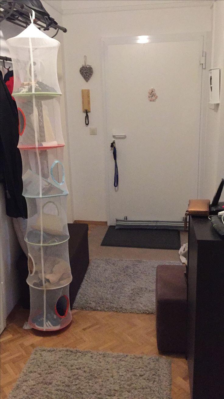 Hängekorb von Ikea und Sitztruhe von Aldi für Stauraum und Sitzhilfe beim Schuhe anziehen