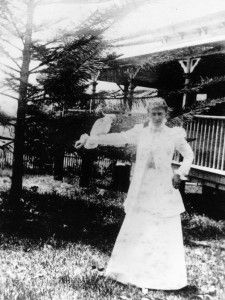 Lady Lamington with a cockatoo, Toowoomba, ca. 1899 / John Oxley Library, State Library of Queensland, Neg: 171799 http://hdl.handle.net/104...| thefashionarchives.org