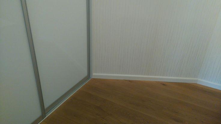 šatníková skriňa biele sklo, masívna dubová podlaha, biela okraj.lišta