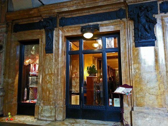 Baratti & Milano è stata fondata nel 1858 da Ferdinando Baratti e Edoardo Milano come un negozio di dolciumi e liquori. Oggi, si possono ancora vedere le maioliche colorate sopra il contatore che indica i vari tipi di liquori e vini che sono stati venduti. Il caffè è ancora famoso per i suoi dolci multicolori e deliziosi gianduiotti (cioccolato mescolato con nocciole piemontesi) -