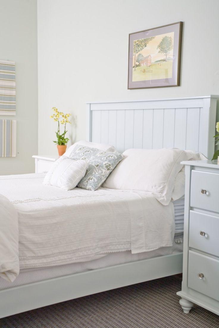 cottage anglais, meubles en bois blanc, literie assortie et cadre design