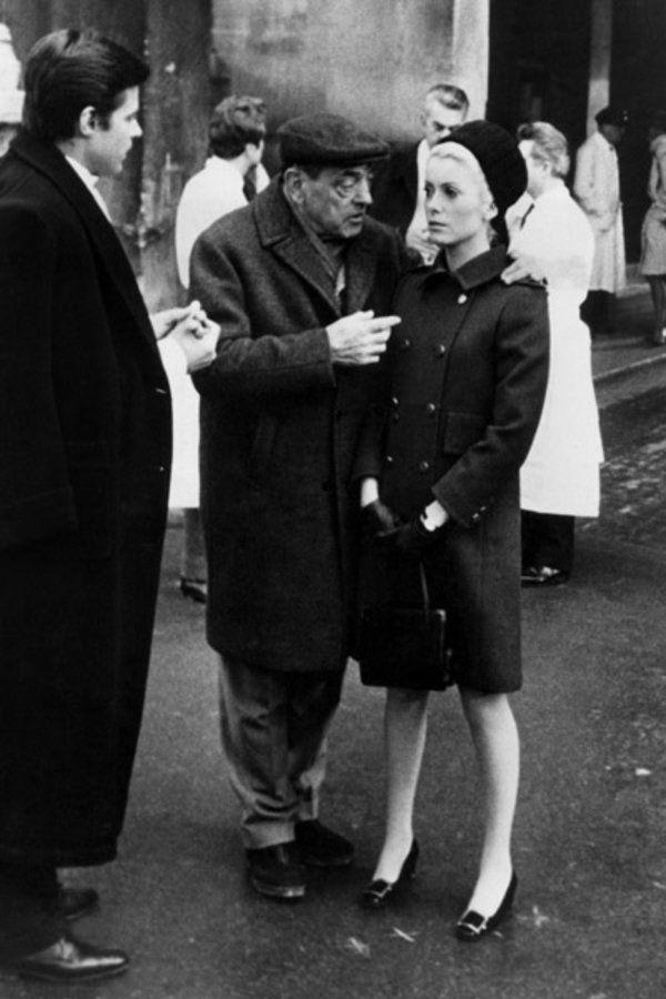 """ドヌーヴが大ヒットさせた、「ロジェ ヴィヴィエ」の""""ベル・ヴィヴィエ""""  映画『昼顔』(1967)でドヌーヴがアイコンシューズとして選んだのが、「ロジェ ヴィヴィエ」の名作""""ベル・ヴィヴィエ""""。ブルジョア階級でありながら娼婦としても生きる女性を演じるには、ヒイヒールではなくミドルヒール、形もピンヒールではなくブロックヒールの靴が必要だったとか。イヴ・サンローランが1965年に発表した""""モンドリアンルック""""でデビューしたこの靴をドヌーヴが映画で着用したことで、1年で20万足以上売れるほどの大ヒットに。後に、ジャクリーン・ケネディ・オナシスやウィンザー公爵夫人のウォリス・シンプソンなども愛用したレジェンドシューズ。"""
