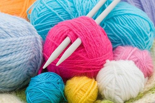 A usefull and quick guide about yarn and knitting needles.Small but informative guide to buy needles or yarn.Have a great day and happy knitting. #knitting #patterns | www.housewiveshobbies.com |