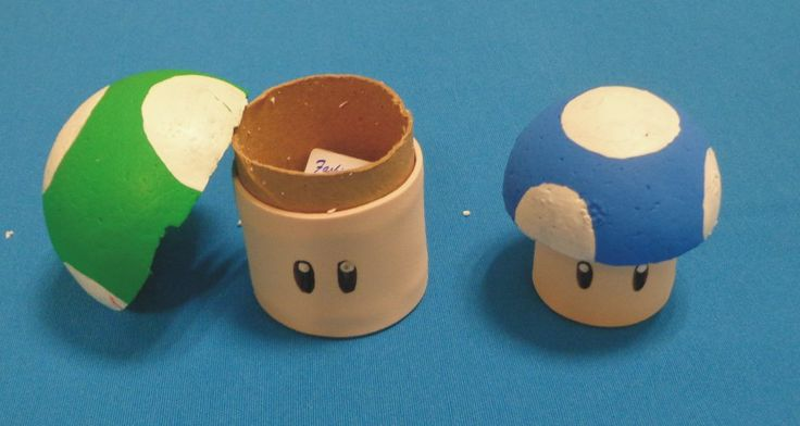 Para los hongos de Mario Bross, el verde que da vida, el azul te hace superpequeño y el rojo te hace grande, utilice rollos de papel higienico forrados con fomi y la tapa con una esfera de unicel partida a la mitad.
