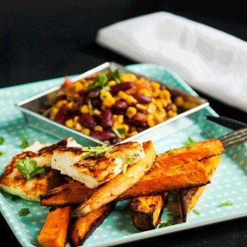 Stekt halloumi med sötpotatis och rostad majs- och bönsalsa - Recept - Tasteline.com