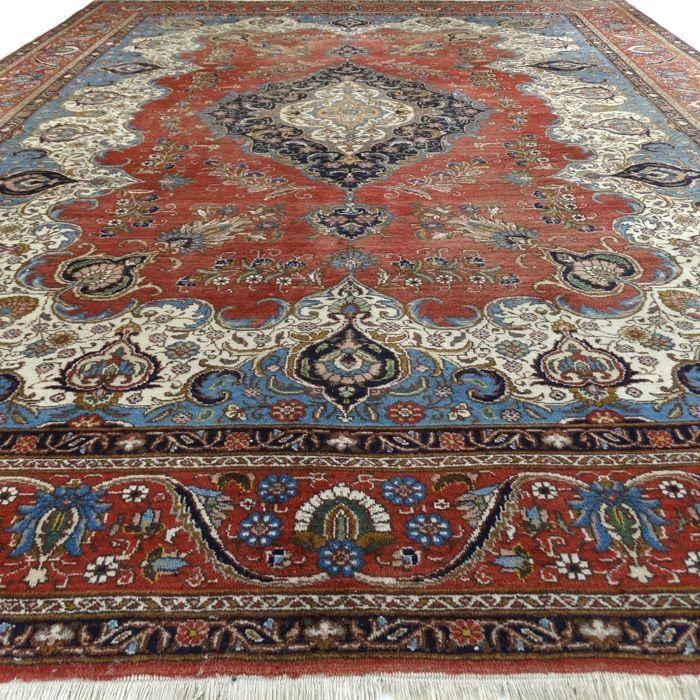 """TABRIZ - Iran - 382 x 292 cm. - """"Prestigieus Perzisch XXL-tapijt"""" - Tweede helft vorige eeuw.  Maat: ca. 382 x 292 cm. Kleuren: Brique rood groen zalm roze geel taupe crème en blauwtinten.Bijzonderheden: Prachtige glans en rijke abrash (onderling natuurlijke kleurverschillen).Gebruikssporen: Franje is minder.Dit is een handgeknoopt Perzisch tapijt gemaakt van duurzame natuurlijke materialen. In een handgeknoopt tapijt zitten onregelmatigheden in de patronen en kleuren (het zogenaamde…"""