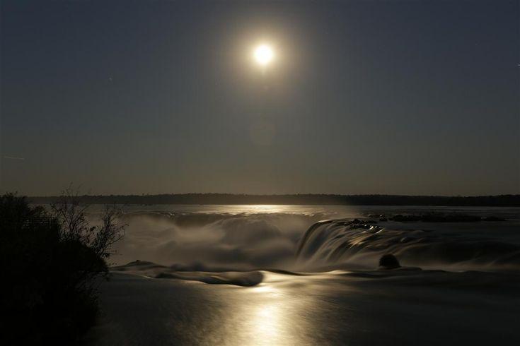 Luna llega en Iguazú. En la contemplación de los saltos bajo la luz plateada de la Luna Llena, el tiempo se detiene, las palabras ya no son necesarias, y uno se resiste a regresar desde ese lugar.