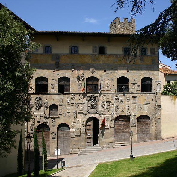 Тоскана: Ареццо. Палаццо Преторио или Дворец Гербов (14 - 15 в.). Фасад обильно украшен гербами, принадлежавшим капитанам и старостам города.