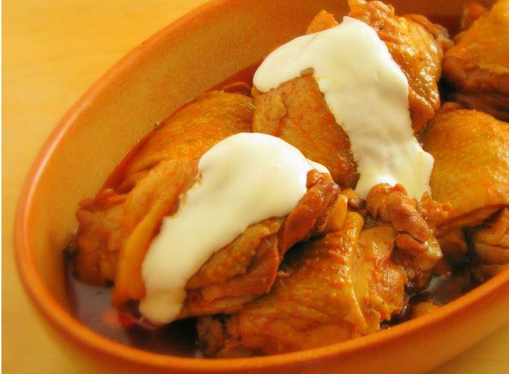 Autentica specialità culinaria ungherese famosa in tutto il mondo per il suo gusto squisitamente ricco e profumato alla paprika. Delizioso! Paprikàs csirke (Pollo alla paprika)