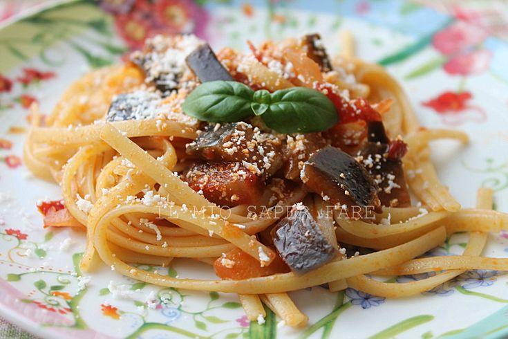 Pasta con melanzane a funghetto: un primo piatto estivo, profumato e buono. Semplicissimo e veloce. Servite senza pasta sono un ottimo contorno o secondo piatto