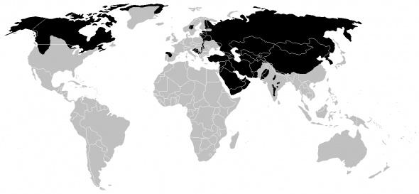 Le loup s'est adapté de différentes manières, selon son habitat. Par exemple, la couleur de son pelage varie entre les différentes zones d'habitat :    Le Loup arctique, le loup du Groenland ont une robe blanche et soyeuse.  Le loup de la toundra, le loup de L'Hudson ont un pelage blanchâtre.  Dans le Mackenzie, il est sombre voire noir.  Dans l'ile de Vancouver, il est gris.  En Europe, le pelage est fauve, mêlé de gris et de noir .    http://www.squidoo.com/wolves-loups