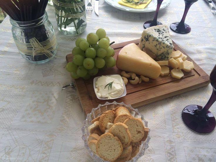 Mesa simples de Frio - Queijo gorgonzola + Queijo do reino +Uva + Tortinhas + Cream Cheese + Queijo Parmesão + Castanhas de Cajú. Para decorar Tábua de madeira + pote de vidro