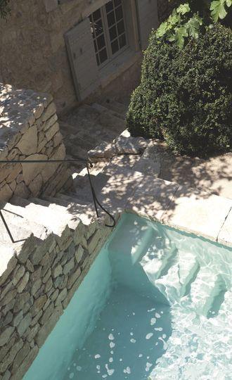 On prend de la hauteur pour apercevoir le bassin naturel - Du cachet pour cette maison provençale restaurée - CôtéMaison.fr