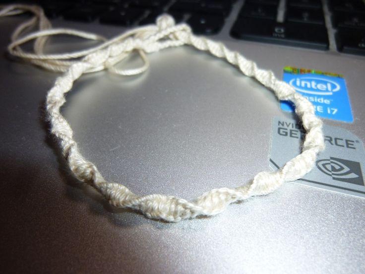 ねじり編みでブレスレットねじり編み(ねじり結び)は数年前にミサンガ作りにハマった時に覚えたのだが、ブレスレットを作る時やストラップを作る時にも便利なので、ちょこちょこいろんな場面で使う事がある。ねじり編みはらせん状に編み