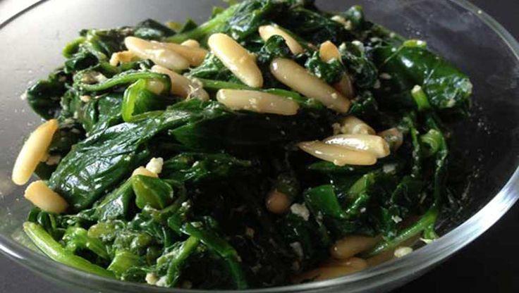 Spinat aus der Packung? Von wegen! In der Pfanne geschwenkt mit Knoblauch und Pinienkernen wird frischer Spinat erst richtig lecker ➤ Unbedingt ausprobieren!