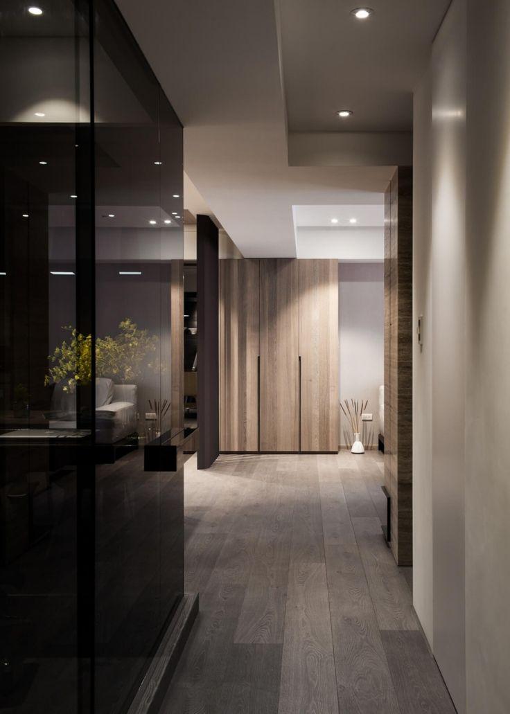 Wand aus Rauchglas und dezente Beleuchtung im Flur