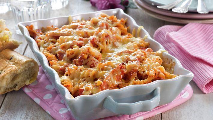 pølse og pasta grateng med mais og tomatsaus