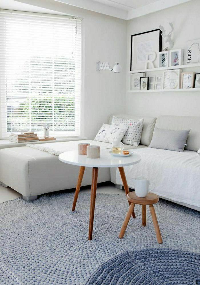 jolie table basse ronde en bois clair, salon lumineux, murs gris, décoration murale