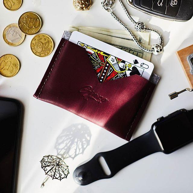 Компактное и стильное решение 🌹  Кардхолдер от @ginzo_store легко выручит вас, когда необходимо двигаться налегке и при этом взять с собой несколько важных мелочей!👛💳💸  Например, банковские карточки, магнитный пропуск, проездной, немного наличности и даже записки🙆   Все с лёгкостью уместится в этом милом и удобном аксессуаре, а вы сэкономите время на поисках этих мелочей😉  Сшитый вручную из качественной натуральной кожи, кардхолдер очень долго прослужит вашим любимым аксессуаром!🌺…
