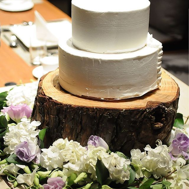 【riversuiteosaka】さんのInstagramをピンしています。 《森の中のウエディング♪  #リバースイート大阪#riversuiteosaka #天満橋#ウエディング#wedding#レストラン#restaurant #フレンチ#森#ガーデン#切り株#ウエディングケーキ》