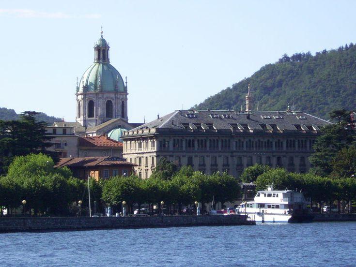 Hay mucho qué ver en el lago de Como: una sucesión de pintorescos pueblos enclavados entre las orillas del lago y las altas cumbres de los Alpes. Descubrelo!