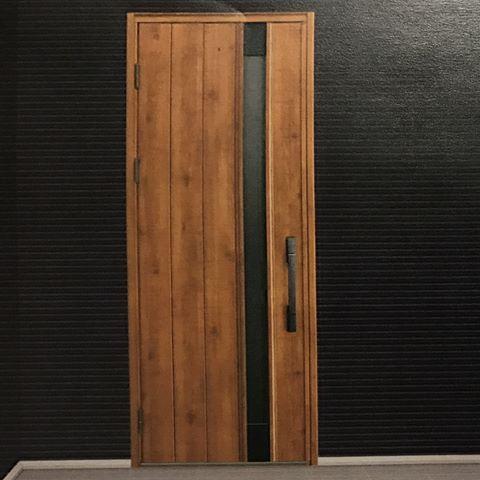 着工に向けての記録✍#08  *  先日、YKKのショールームに行って  玄関ドアを見てきました  *  やはり実物を見ると違いますね〜  同じ写真でも全然違うように見えますね(笑)  *  即決でヴェナートW08のマキアートパインに❤︎  *  ダークカラーのガルバとの相性も良さそう!  ポケットkeyも便利そうで魅了されました♡  *  そんなこんなで着工が4月末に決まりました。  マイホーム計画始めてからあっという間〜  #マイホーム#マイホーム計画#マイホーム記録  #マイホームができるまで#20代夫婦  #新築#注文住宅#無垢#記録#家づくり#グレー  #シンプルモダン#シンプル#モダン#2人暮らし  #simplelife#暮らし#丁寧な暮らし#新居#ykk  #一戸建て#ヴェナート#マキアートパイン#ガルバ  #生活感のない家#玄関ドア#玄関#ドア#外壁