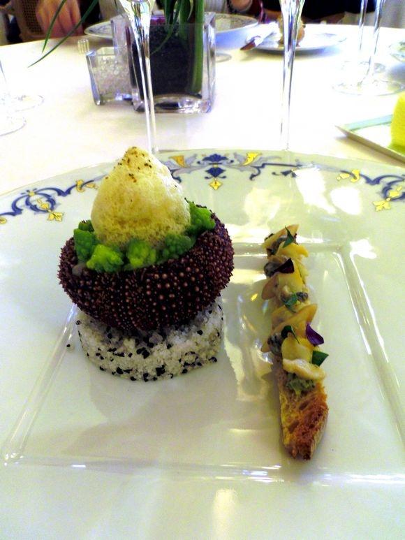 Oursin en coque, mousseline de romanesco  http://www.latabledeschefs.fr/wp-content/uploads/2012/01/D%25C3%25A9jeuner-au-Ritz-Paris-La-Table-des-Chefs_11_580.jpg